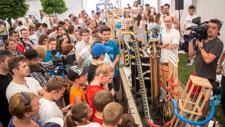 Fizyczny tor przeszkód dla metalowej kulki - przez 126 urządzeń