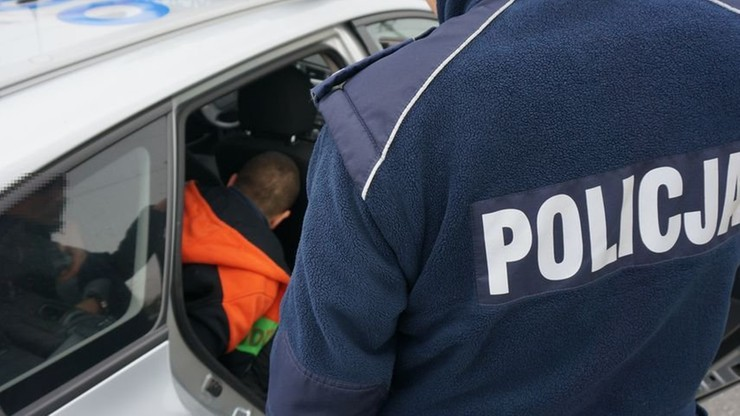 Uciekał przed policjantami z 8-letnim dzieckiem. Pościg zakończył w rowie