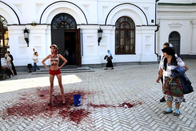 Nago i krwawo przeciw Putinowi
