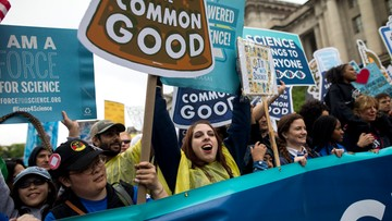 23-04-2017 06:11 Protesty przeciwko polityce klimatycznej Donalda Trumpa