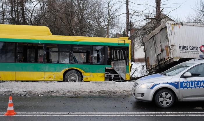 Bojszowy. Autobus zderzył się z ciężarówką. Są ranni