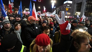 """13-12-2016 17:23 """"Stop dewastacji Polski"""" - marsz KOD w Warszawie. Doszło do spotkania z kontrmanifestacją"""