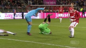 2016-11-28 Eredivisie: Bramkarz stracił przytomność po fatalnym upadku (WIDEO)