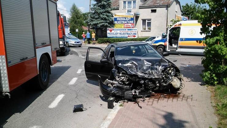 2016-05-30 Wypadek w Bełżycach w woj. lubelskim. Osobówka zderzyła się ze śmieciarką