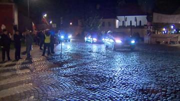 """""""Będziesz siedział"""" - krzyczeli przeciwnicy do prezesa PiS przy trasie na Wawel.  """"Na tronie"""" - odpowiadali zwolennicy"""