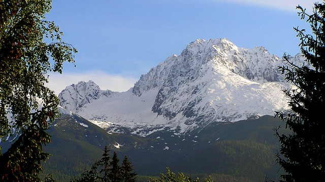 W Tatrach zima; woda w górskich potokach opada