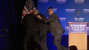 06-11-2016 08:08 Donald Trump ewakuowany ze sceny podczas przemówienia. W obawie o jego bezpieczeństwo