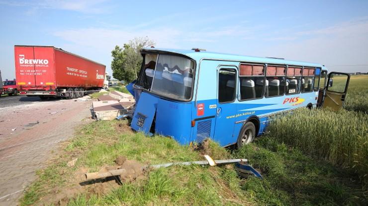 Autobus zderzył się z samochodem ciężarowym. 10 osób poszkodowanych