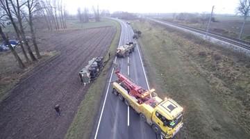Amerykańscy żołnierze zakopali się ciężarówką w polu. Przyjechał wojskowy holownik i... przewrócił się