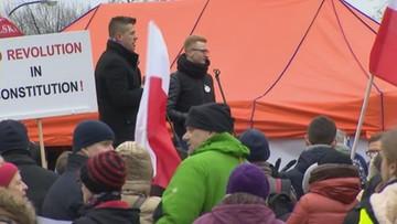 KOD demonstruje przed Sejmem.