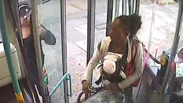 26-04-2017 14:16 Matka z martwym dzieckiem jechała autobusem. Prawdopodobnie chciała upozorować jego nagłą śmierć