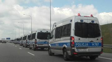 2017-04-29 Kolumna radiowozów na sygnale na Autostradzie Wolności