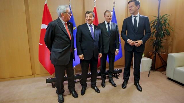 Tusk i Juncker rozpoczęli negocjacje z premierem Turcji