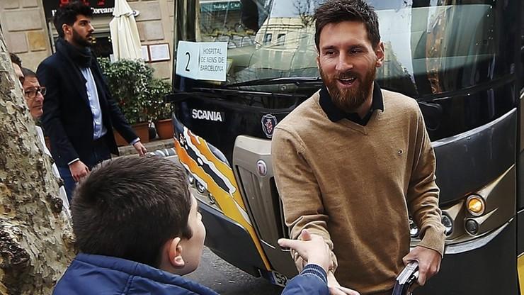 Piłkarze Barcelony odwiedzili dzieci w szpitalach. Przywieźli prezenty