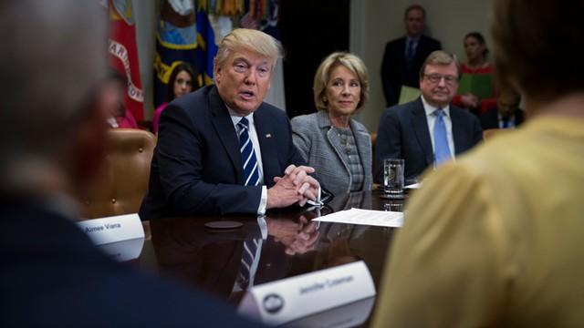 """USA: Trump tłumaczy rezygnację doradcy ds. bezpieczeństwa narodowego """"nielegalnymi przeciekami"""""""