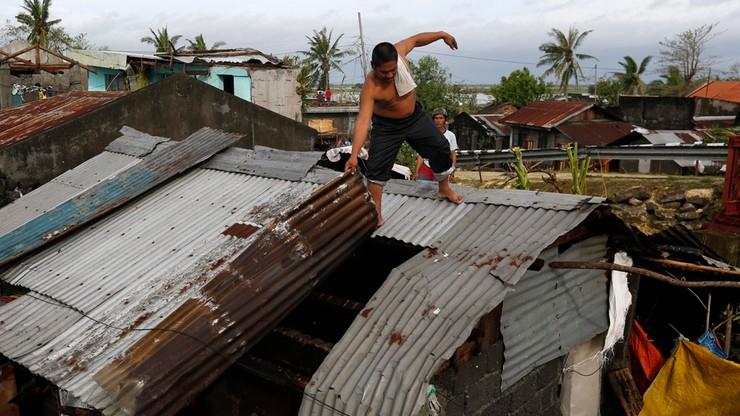 Filipiny: sześciu zabitych i 380 tys. ewakuowanych po przejściu tajfunu