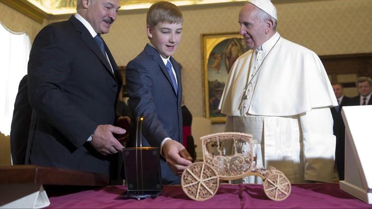 Łukaszenka na audiencji u Franciszka. Papież dostał drewniany model karety