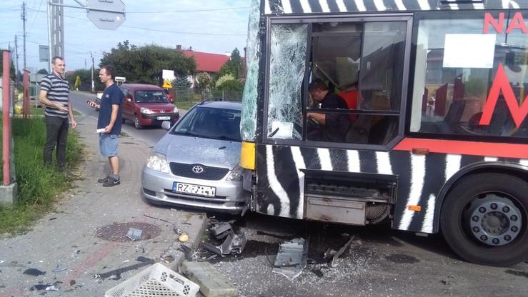 2016-08-16 Zderzenie auta dostawczego z autobusem w Trzebownisku koło Rzeszowa. Autobus zatrzymał się na toyocie. Byli ranni