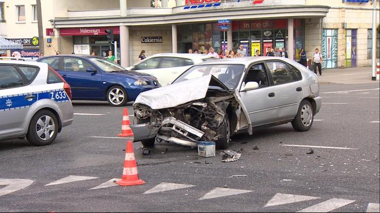 Tragiczny wypadek w Warszawie. Po zderzeniu dwóch aut, jedno z nich wjechało w pieszych. Jedna osoba nie żyje