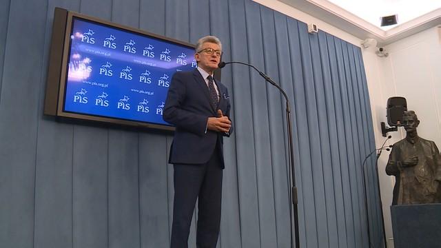 """Po """"Misiewiczach"""" czas na """"Piotrowiczów"""". Opozycja atakuje byłych działaczy PZPR w PiS"""