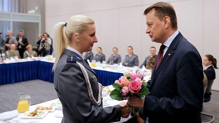 Kwiaty, podziękowania, uściski dłoni. Ministrowie na Dzień Kobiet