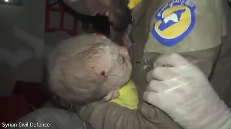 To wideo poruszyło internautów. Miesięczne dziecko wyciągnięte spod gruzów w Syrii