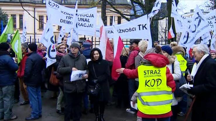 Manifestanci przed Trybunałem. Za i przeciw zmianom