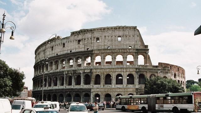 W Rzymie wolontariusze łatają dziury na ulicach, wyręczając drogowców