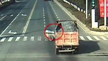16-12-2015 15:44 O krok od tragedii. Ciężarówka zmiażdżyła traktor, ale jego kierowcy nic się nie stało