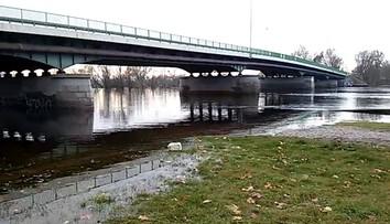 2017-11-08 Wysoki stan Warty w Kostrzynie. Zaniepokojeni mieszkańcy