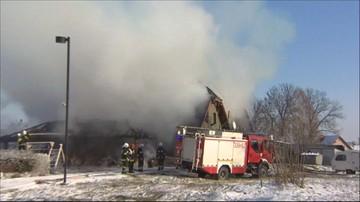 Płonie karczma kryta strzechą w Borowej
