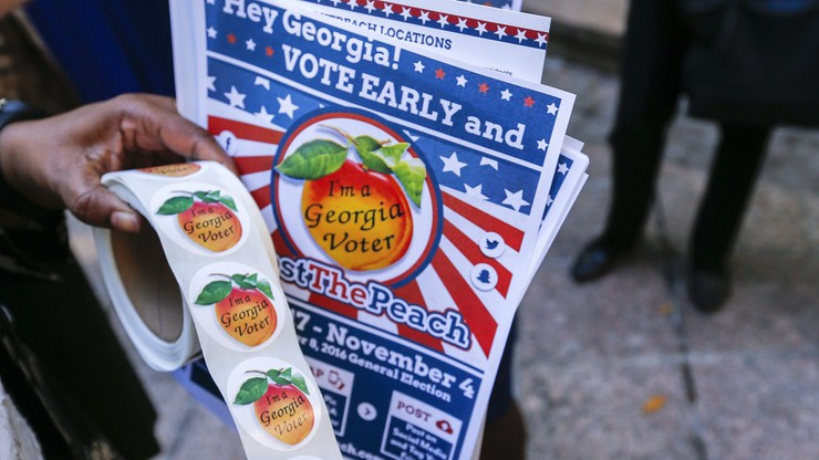 """Gorąca końcówka kampanii w USA: podpalona siedziba GOP i zarzuty o """"ustawienie"""" wyborów"""