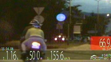 Motocyklista pędził przez miasto z prędkością 155 km/godz. Wiózł pasażerkę. Zatrzymał go pościg