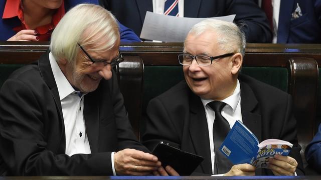 Jarosław Kaczyński przekazał Atlas kotów na charytatywną aukcję