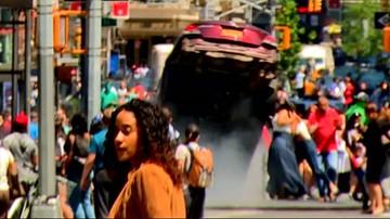 Wjeżdża w tłum ludzi i rozbija auto. Nagranie z Nowego Jorku