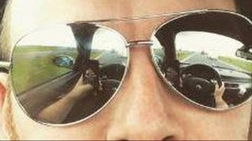 Zrobił selfie prowadząc auto. Policja namierzyła go na Twitterze