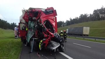 05-07-2017 16:02 Zmiażdżona kabina tira na A1. Kierowca cudem przeżył