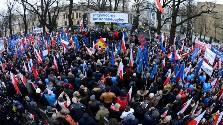 """""""Przywróćmy ład konstytucyjny"""". Demonstracja opozycji w obronie Trybunału Konstytucyjnego"""