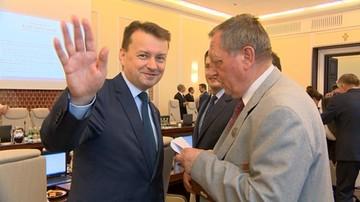 """13-06-2017 14:30 """"To jest taka córka leśniczego"""" - minister Szyszko wręczył kopertę ministrowi Błaszczakowi"""