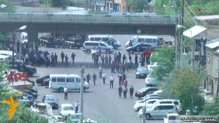 Zbrojny atak na posterunek policji w Erywaniu. Wzięto zakładników
