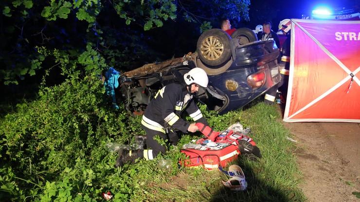 Dachowanie samochodu i śmierć pasażera. Kierowca uciekł z miejsca wypadku