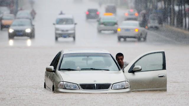 Powodzie w Chinach: 25 ofiar śmiertelnych, tysiące poszkodowanych