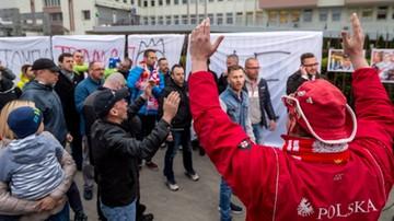2017-04-25 Kibice przyszli przed bydgoski szpital wesprzeć Golloba