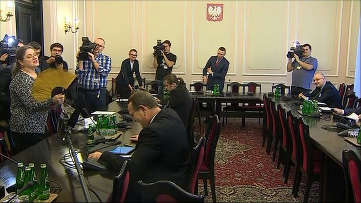 """""""Tak smakuje bycie w opozycji. Mniam, mniam, mniam"""" – Pawłowicz """"z wachlarzem i uśmiechem"""" w Sejmie"""