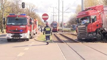 Ciężarówka zderzyła się z tramwajem. Trzy osoby ranne