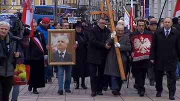 Rozpoczęły się obchody miesięcznicy smoleńskiej. Krakowskie Przedmieście odgrodzone barierkami