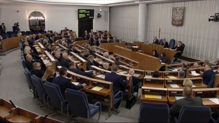 Senatorowie debatują nad ustawą wprowadzającą program 500+