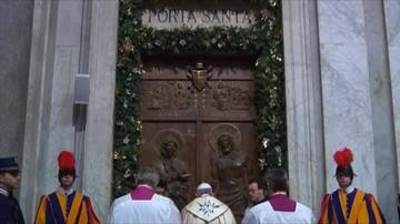 09-01-2016 18:23 Pielgrzymi z całego świata przechodzą przez Drzwi Święte w Watykanie