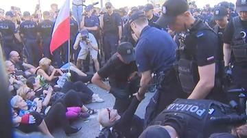 Obywatele RP i Strajk Kobiet zablokowali trasę marszu narodowców. Z ulicy usuwa ich policja