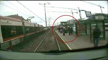 Zatrzymał tramwaj i pomógł nieprzytomnemu mężczyźnie.